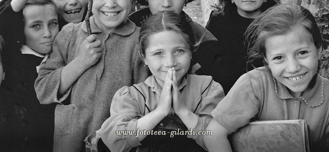 bambine all'ingresso della scuola, fotografia di Ando Gilardi, Lucania 1957 dettaglio -elaborazione ©Fototeca Gilardi