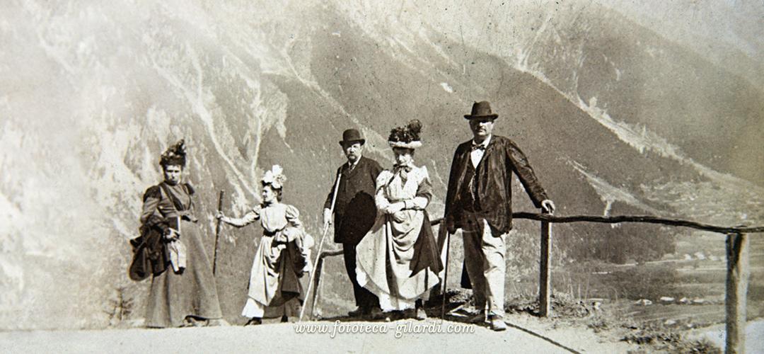 cappelli alla moda indossati per una gita in montagna, fotografia 1895 circa