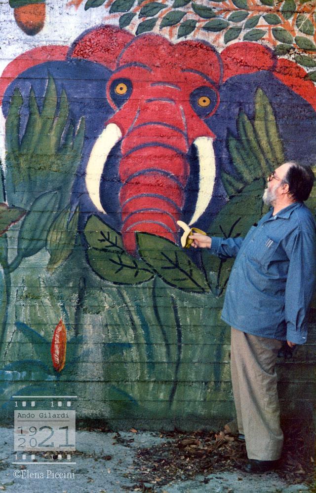 Ando Gilardi offre una vera banana all'immagine di un elefante