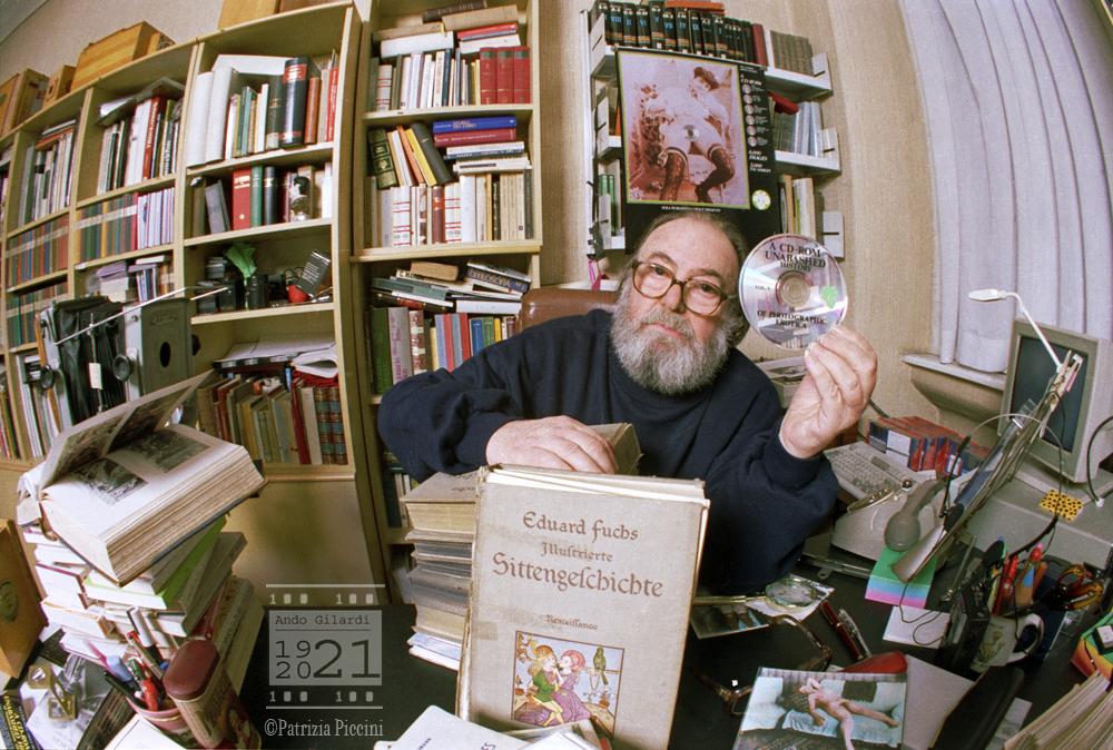 Ando Gilardi alla scrivania, ritratto da Patrizia Piccini 1990
