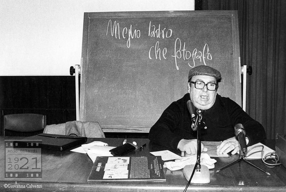 """Ando Gilardi ritratto da Giovanna Calvenzi durante una conferenza dal titolo """"meglio ladro che fotografo"""" 1977 circa"""