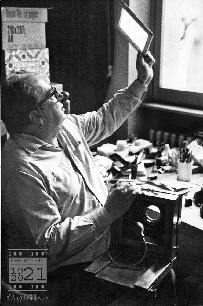 Ando Gilardi ritratto nel suo studio. Fotografia di Angelo Schwarz, Milano 1973 circa