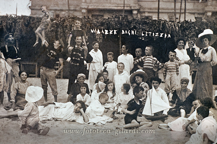 Gruppo di bagnanti in posa per la fotografia ricordo ai bagni Letizia di Varazze, 1910