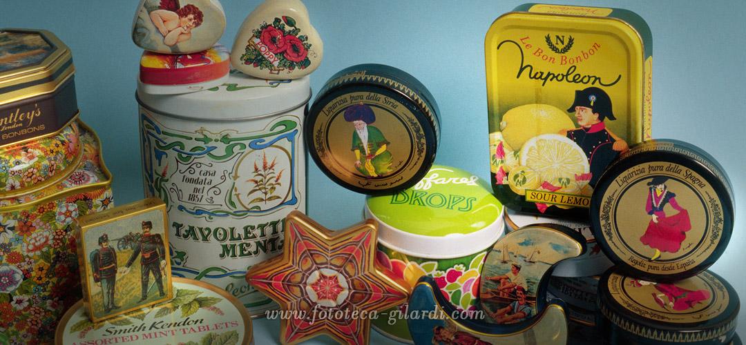 scatole di latta litografate con forme e decorazioni diverse, XX secolo ©FototecaGilardi
