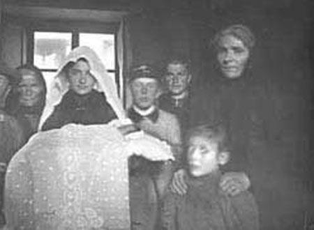 Famiglia in un interno, Malesco 1900 circa